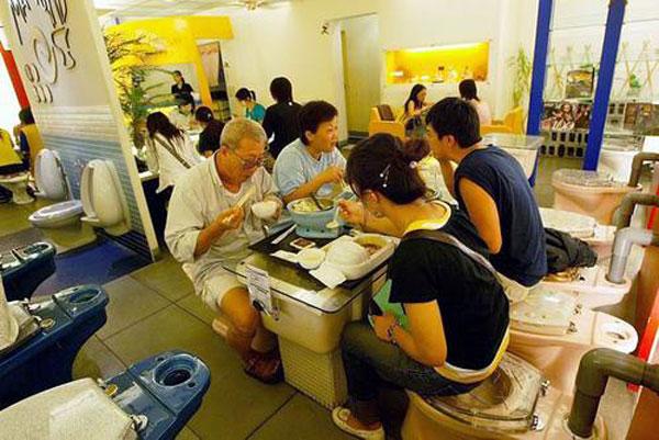 بالصور اغرب مطاعم فى العالم Toilet-restaurant